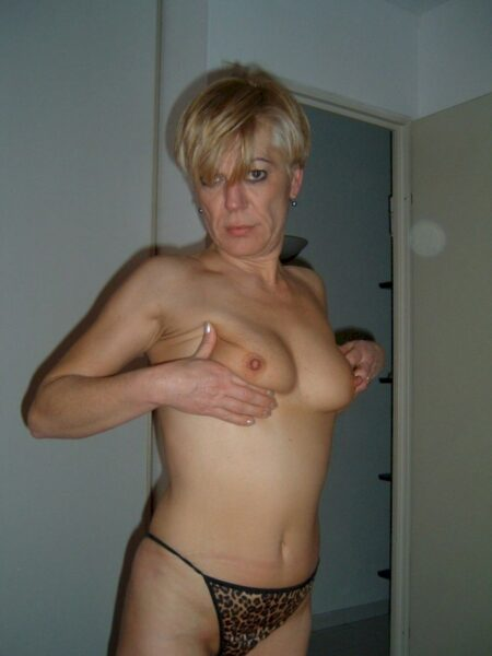 Femme sexy dominante pour homme docile